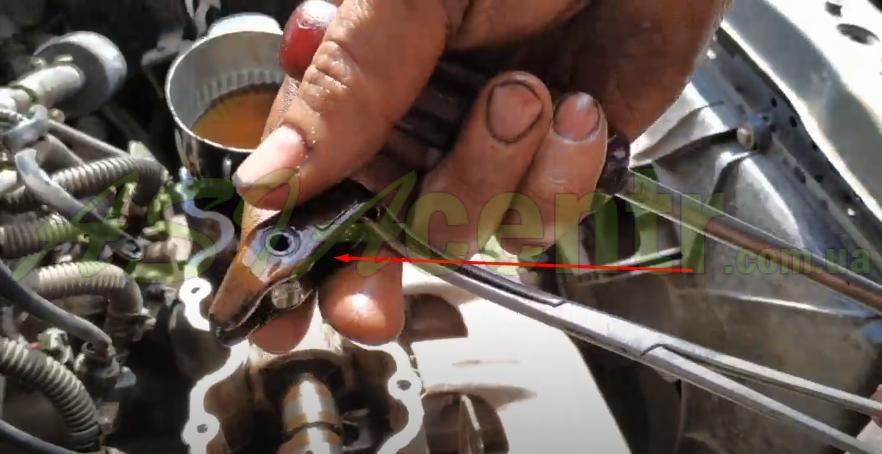 можно использовать пинцет, изогнутые щипцы либо какой-нибудь удобный инструмент