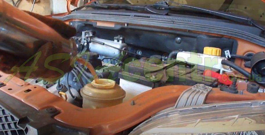 откручиваем крышку бачка ГУР и с помощью шприца или насоса необходимо выкачать оттуда всю жидкость