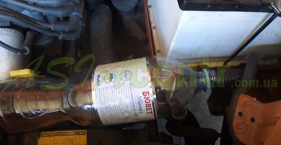 отсоединив верхний шланг, вставляем его сразу в пустую бутылку